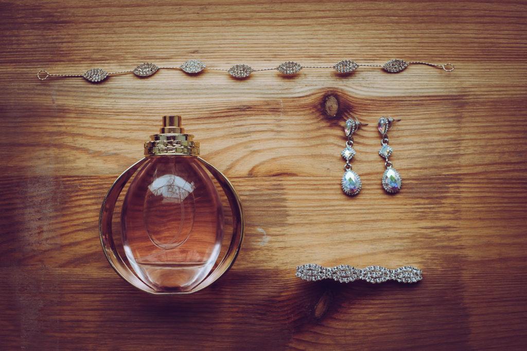 Buteleczka perfum, kolczyki i bransoletka