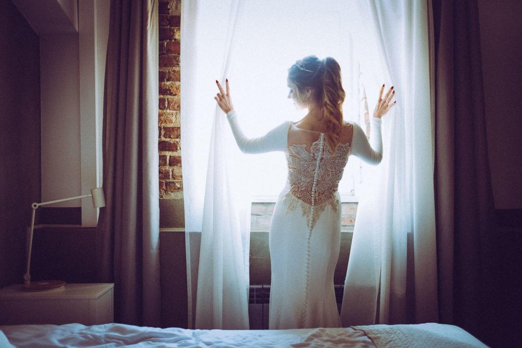Panna Młoda w pięknej sukni ślubnej