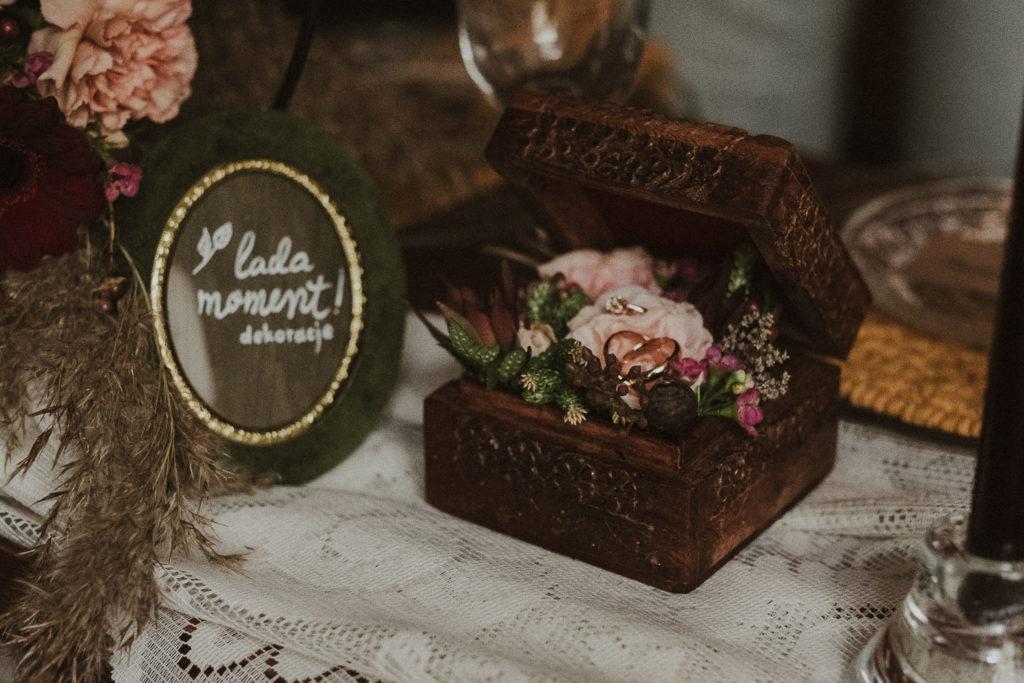 szkatułka z obrączkami ślubnymi