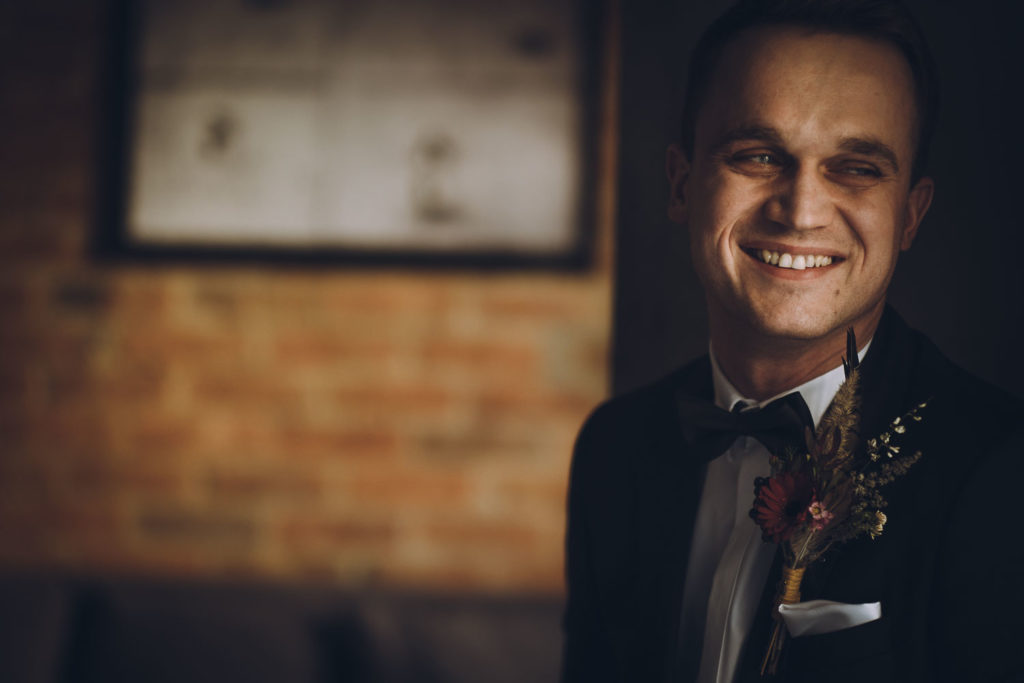Uśmiechnięty Pan Młody. Smiling groom