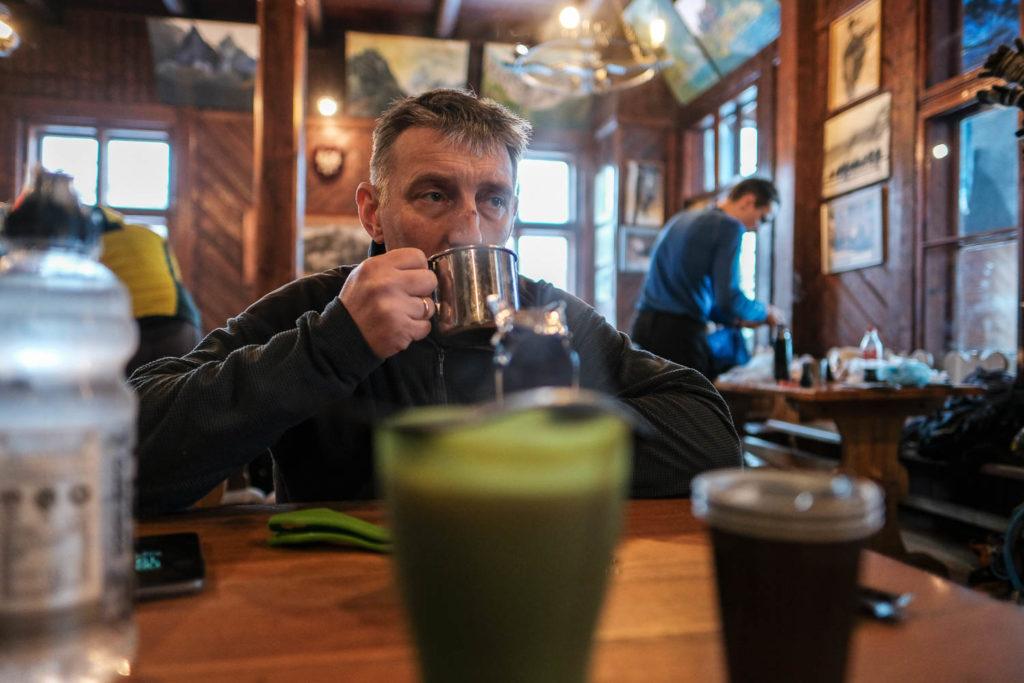 Grzegorz pije kawę w Morskim Oku.