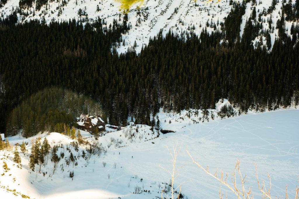 Poranek. Widok na schronisko w Morskim Oku ze szlaku na Szpiglasową Przełęcz.
