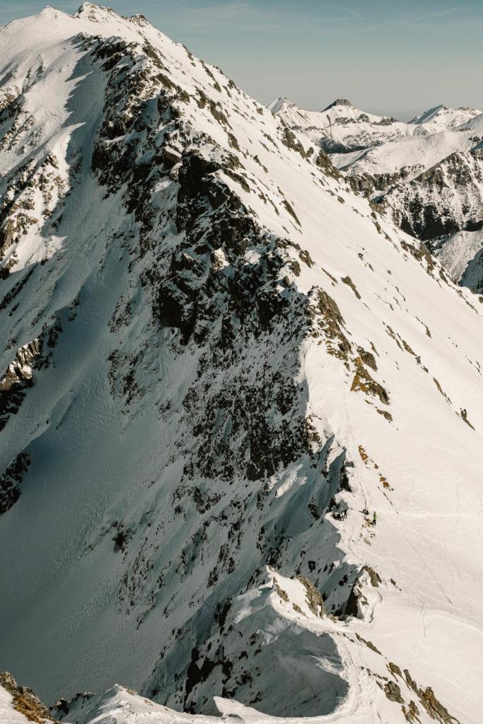 Widok ze Szpiglasowego Wierchu na Szpiglasową Przełęcz.