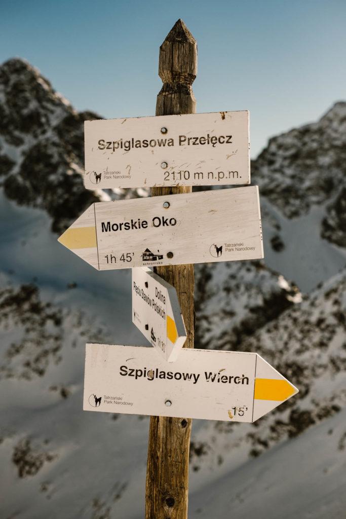 Opisy szlaków na Szpiglasowej Przełęczy. Szlak do Morskiego Oka, na Szpiglasowy Wierch i szlak do Doliny Pięciu Stawów Polskich.