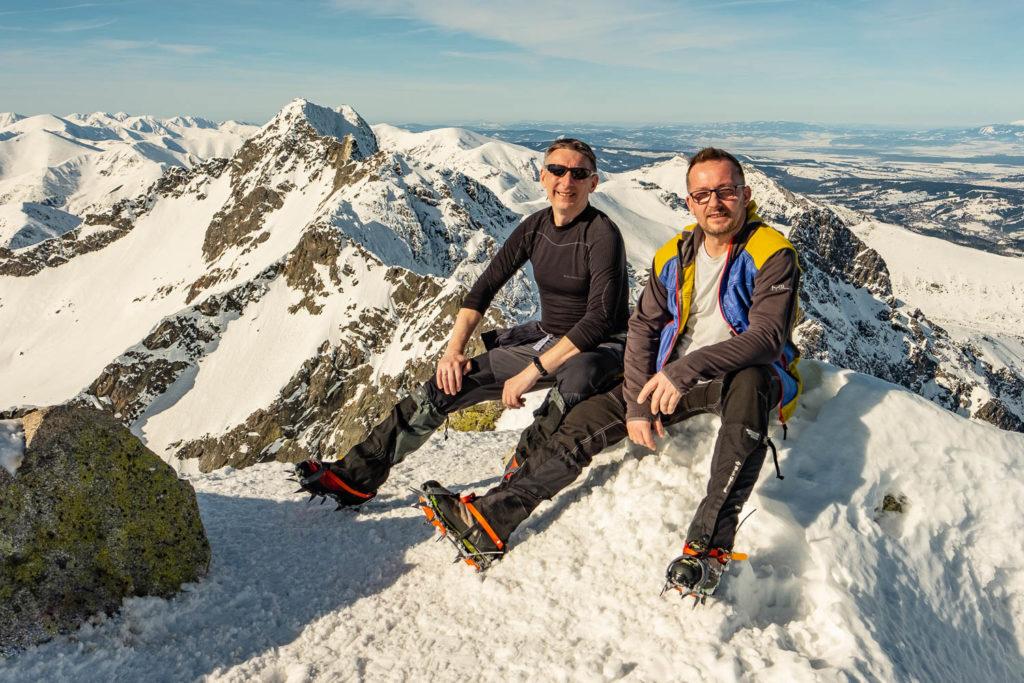 Marcin i Grzesiek na szczycie Koziego Wierchu. Zima 2019.