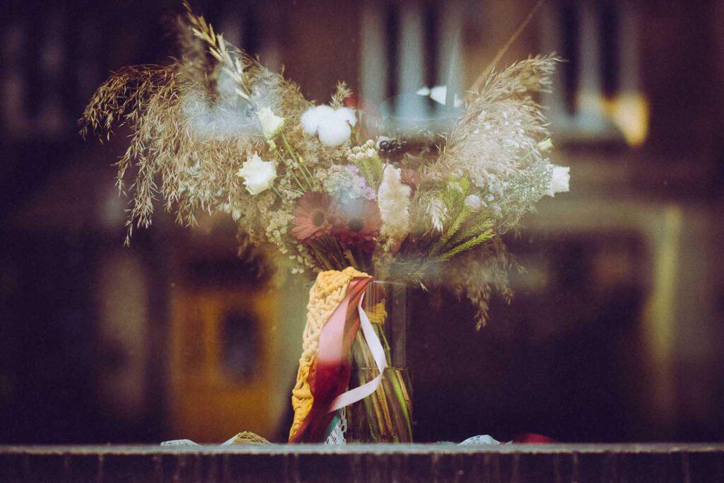 Piękny bukiet kwiatów widoczny z wystawy z zewnątrz