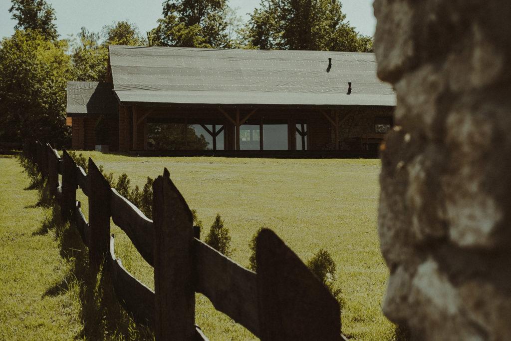 Widok z boku na salę bankietową Wapienniki
