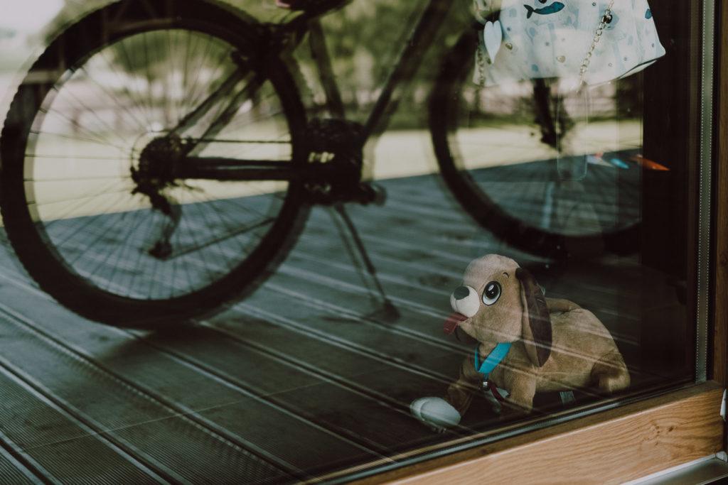 Odbicie w szybie prezentu komunijnego - roweru