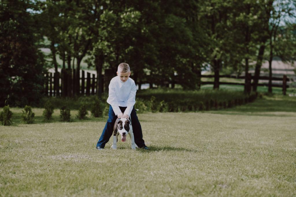 Norbert bawi się z psem
