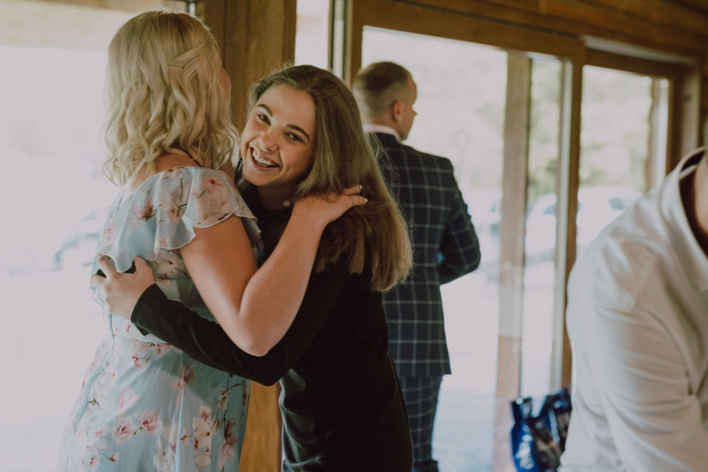 Natalia przytula się z siostrą