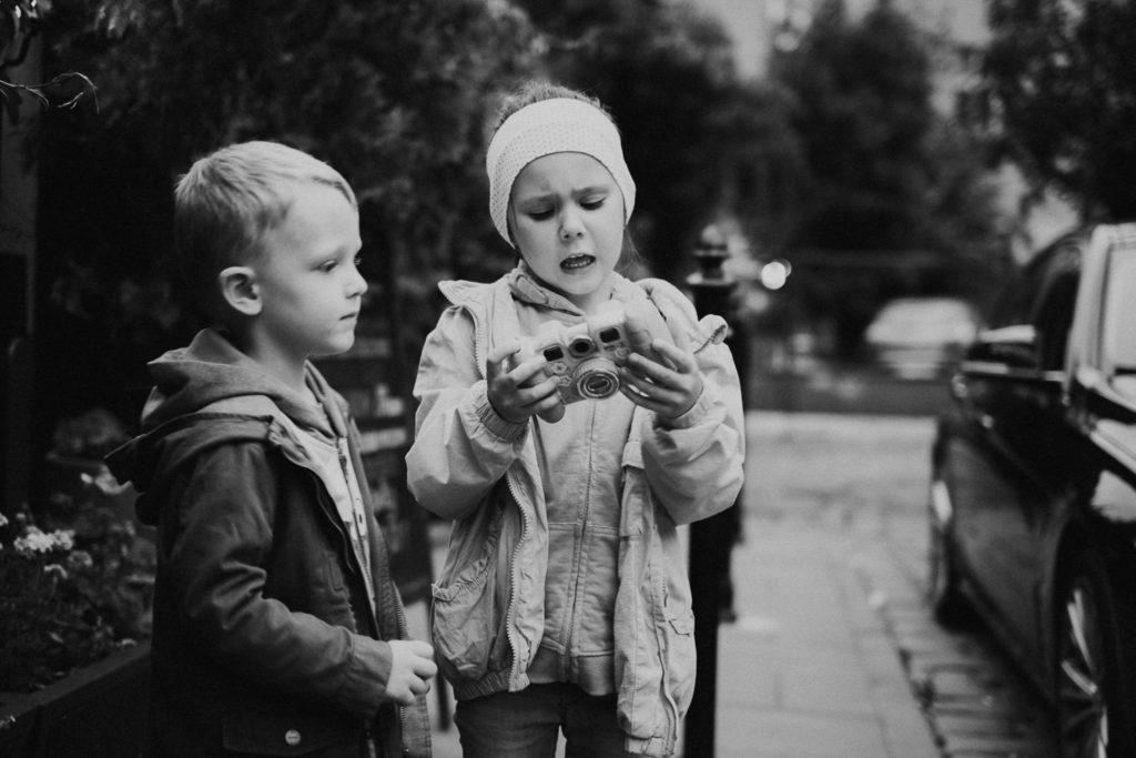 Olek i Oliwka trzymają aparat fotograficzny