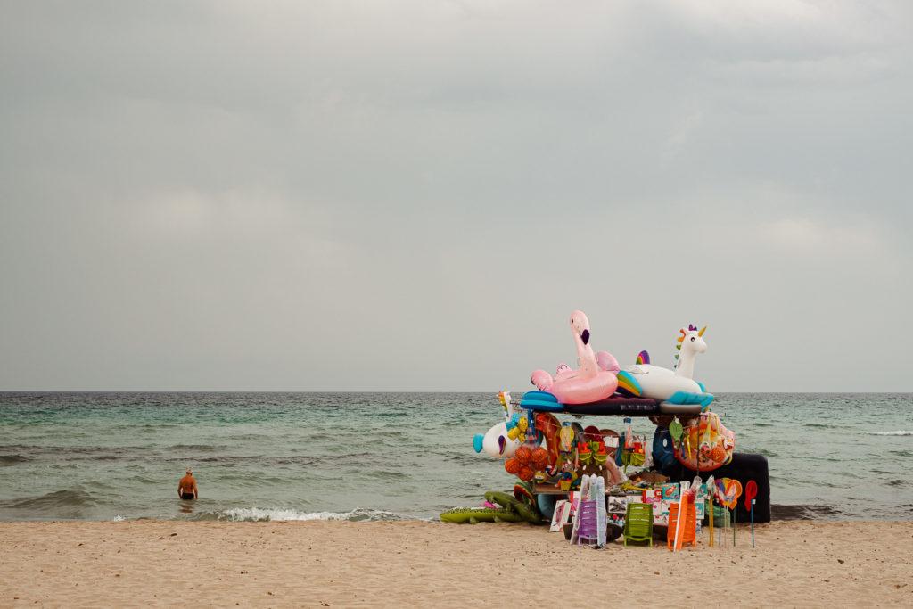 kiermasz z zabawkami dmuchanymi na plaży.