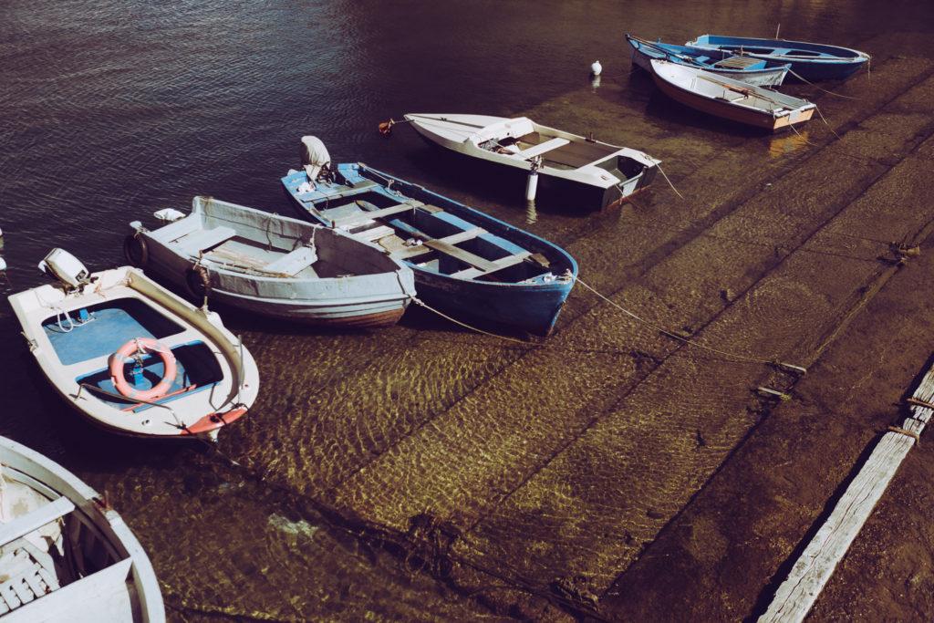 zacumowane łódki