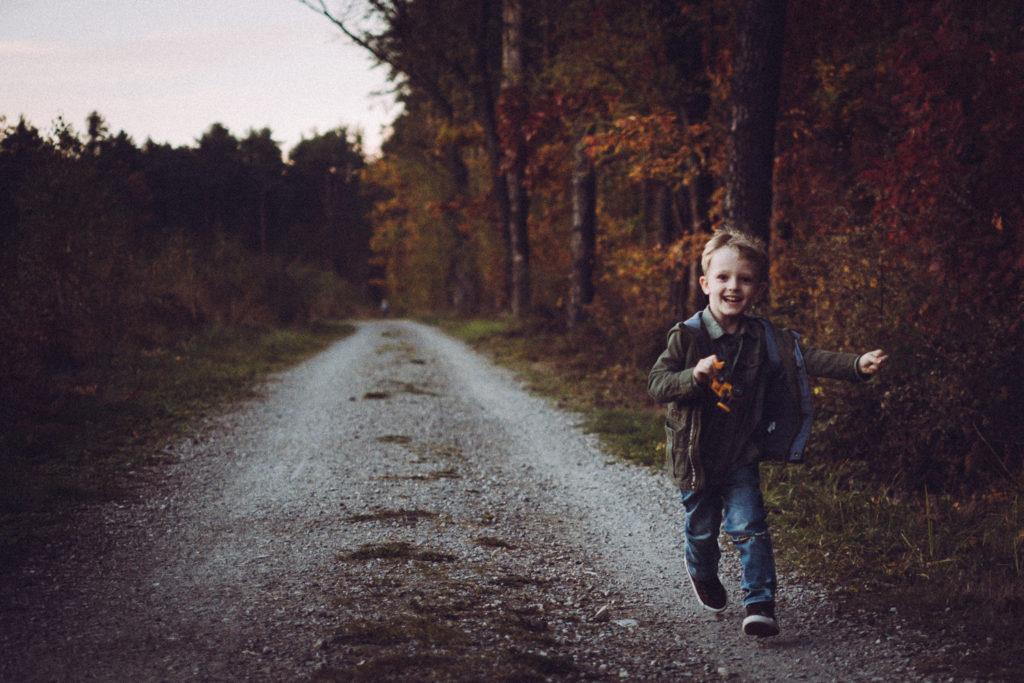 Olek biegnie po ścieżce w lesie