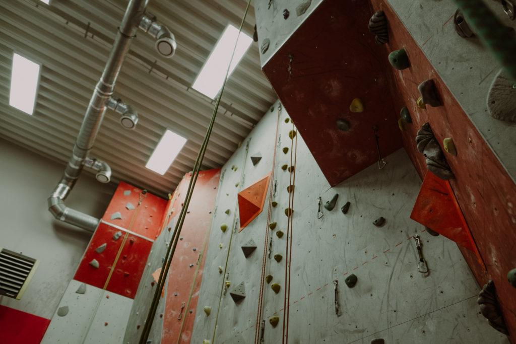 Ścianka wspinaczkowa od dołu
