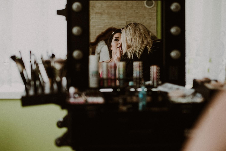 odbicie Sylwii w lustrze podczas makeupu