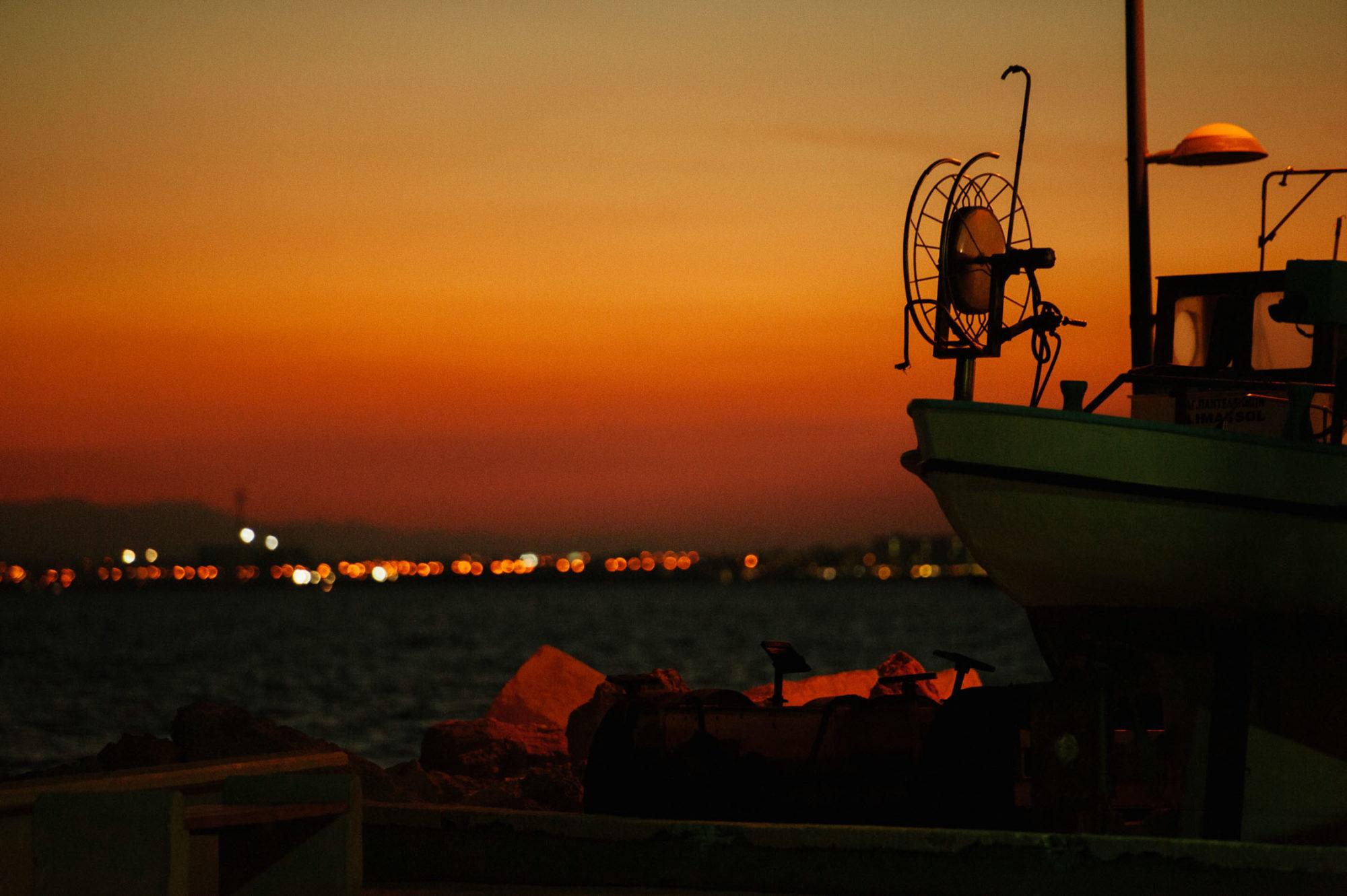 Cypr nocą. Port.